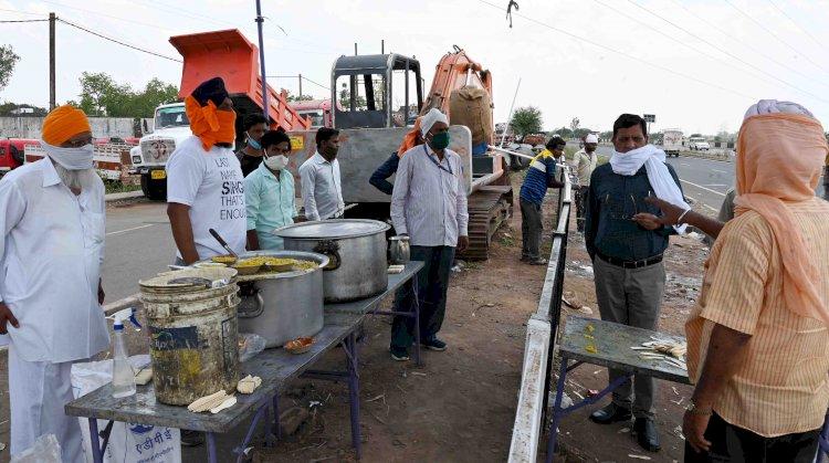संभागायुक्त श्री चौधरी ने मजदूरों के भोजन का इंतजाम कर रहे संगठनों की सराहना की